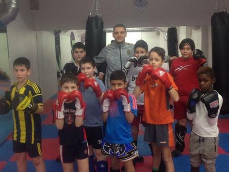 Karim Mabrouk mit Kindern, die er trainiert