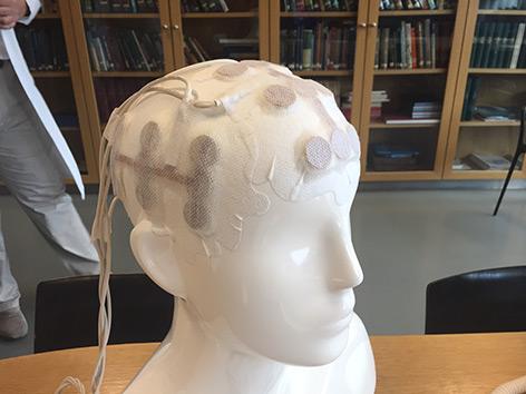 Stromhaube auf dem Modell eines menschlichen Kopfes