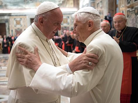 Papst Benedikt XVI. und Papst Franziskus bei Benedikts 65-jährigem Priesterjubiläum
