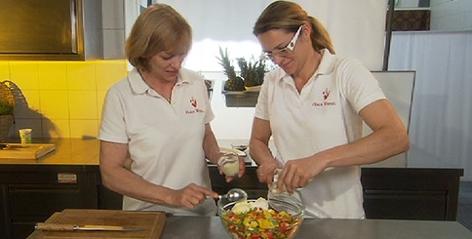 Anita und Stefanie Wenzl kochen Huhn-Currysalat
