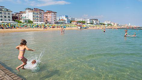 Strand von Jesolo: Ein Mädchen springt ins Wasser