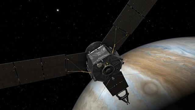 """Forschungssonde """"Juno"""" im Weltraum - im Hintergrund: Riesenplanet Jupiter"""