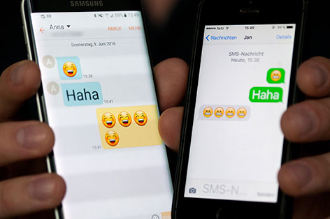 Smartphones mit Emojis auf den Displays