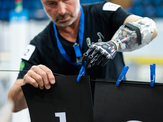 Eine der Aufgaben am Geschicklichkeitsparcours für Menschen mit angetriebenen Armprothesen
