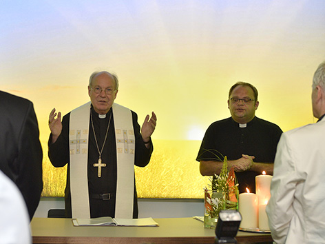 Kardinal Christoph Schönborn weiht den Andachtsraum im Allianz-Stadion ein