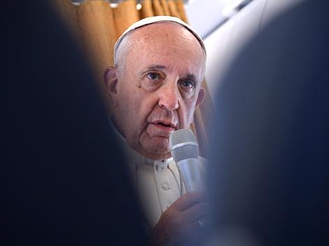 Papst Franziskus auf dem Flug nach Polen (2016)