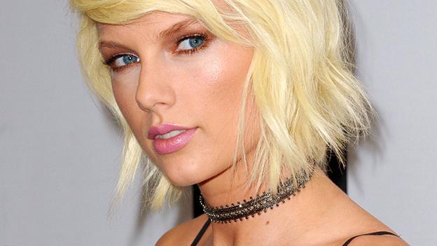 Taylor Swift lächelt.