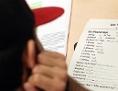 Junger Mann sitzt vor einem Deutsch-Lehrbuch