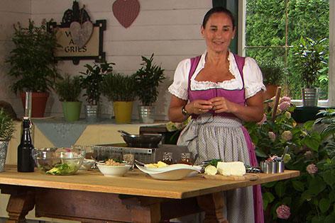 Elisabeth Tritscher beim Zubereiten des Salats