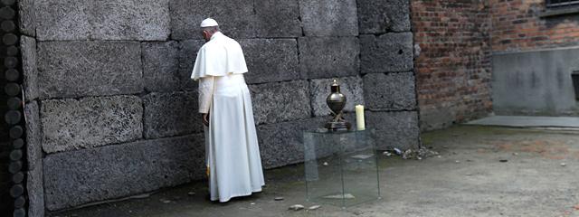 """Papst Franziskus an der """"Todeswand"""" in Auschwitz"""