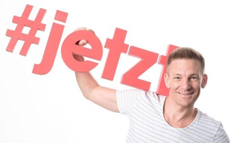 Ö3-Moderator Andi Knoll mit Schriftzug #JETZT