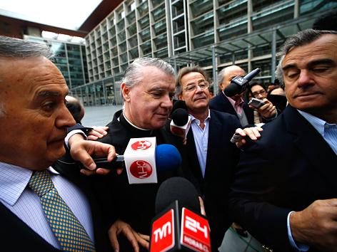 Der irische Priester John O'Reilly (M.) verlässt nach seiner Verurteilung wegen Kindermissbrauchs vor dem Gerichtsgebäude in Santiago de Chile