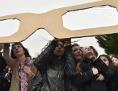 BürgerInnen beobachten Himmel durch große Brille
