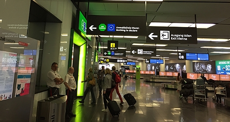 Reisende auf dem Flughafen Wien auf dem Weg in den Zollofreibereich