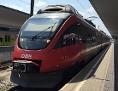 eine ÖBB-Lokomotive steht am Bahnsteig
