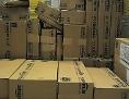 Versandfertige Pakete stapeln sich in einem Logistikzentrum von Amazon