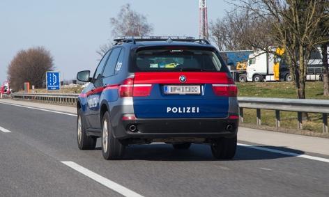 Polizeifahrzeug auf der Autobahn