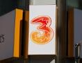 Das Logo einer Filiale des Mobilfunkunternehmens Drei auf der Mariahilfer Straße in Wien