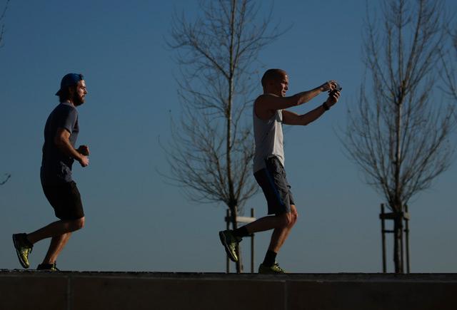 Laufende Männer machen Selfie
