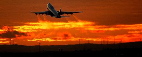 Flugzeug startet in den Abendhimmel