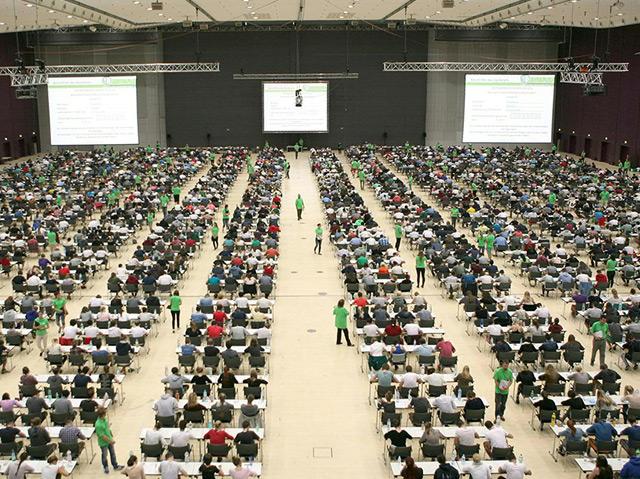 Testteilnehmer beim Aufnahmetest für das Medizinstudium in einer riesigen Halle am 3. Juli 2015 in Graz