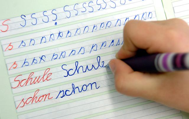 Schüler lernt schreiben