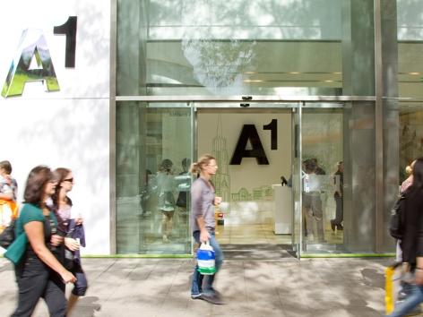 Straßenszene in Wien zeigt Passanten vor einem A1 Shop