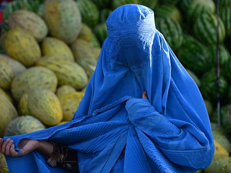 Frau in Burka auf einem Markt in Herat, Afghanistan