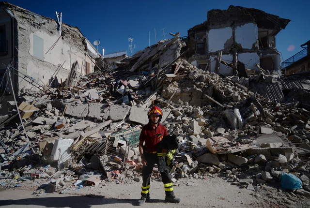 Feuerwehrmann nach Erdbeben in Italien