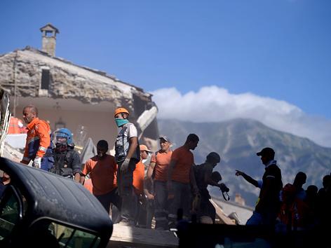 Rettungsarbeiten nach dem Erdbeben in Amatrice