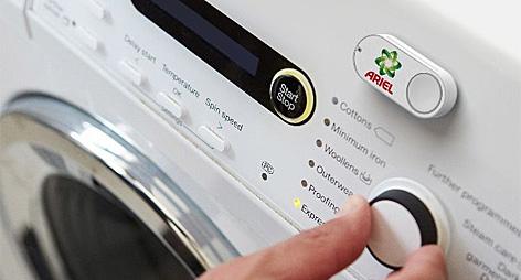 Dash-Bestellknopf klebt auf einer Waschmaschine