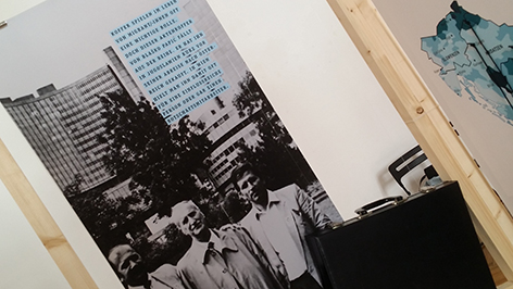 "Plakat der Ausstellung: ""Unter fremdem Himmel"""