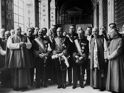 Benito Mussolini mit Geistlichen im Vatikan zur Unterzeichnung der Lateranverträge, 11. Februar 1929