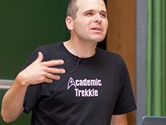 Stefan Rabitsch bei einer Vorlesung an der Uni Klagenfurt