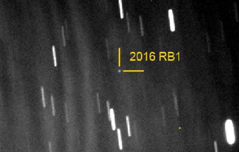 Lichtpunkt von 2016 RB1 vor dem Sternhintergrund