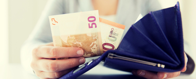 Geld aus Geldtasche