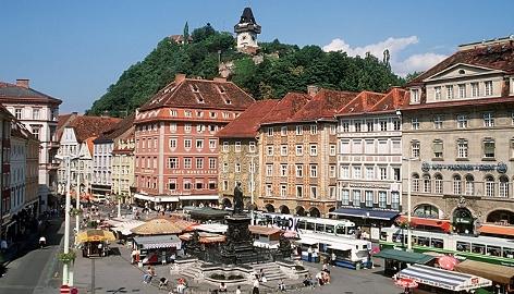 Blick auf den historischen Hauptplatz in Graz mit dem Schlossberg im Hintergrund
