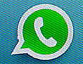 Das Logo von WhatsApp auf dem Display eines Smartphones