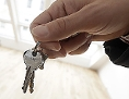 Schlüsselübergabe für eine bezugsfertige Wohnung