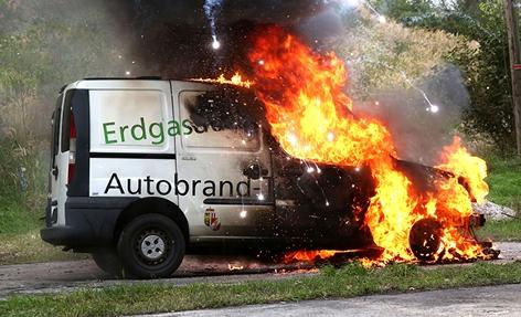 Ein Erdgasauto bei einem Feuertest