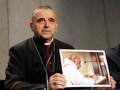 Der  Bischof von Rouen, Dominique Lebrun, mit einem Foto des ermordeten Priesters Jacques Hamel