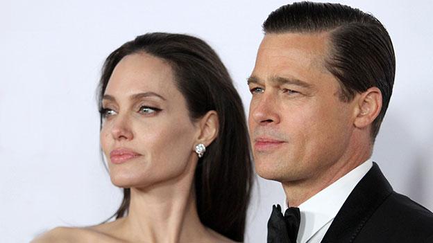 Angelina Jolie und Brad Pitt schauen in die Ferne