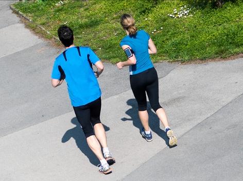 Zwei Jogger beim Trainieren
