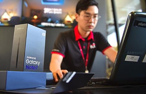 Ein Samsung-Mitarbeiter tauscht ein Galaxy Note 7 in einem Shop in Seoul in Südkorea aus