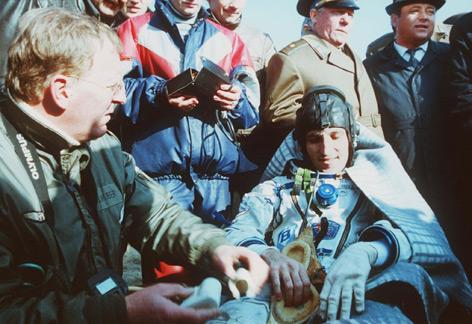 Franz Viehböck nach der Landung am 10. Oktober 1991 in der Steppe von Kasachstan