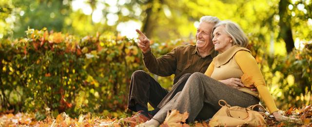 Älteres Paar im Laub