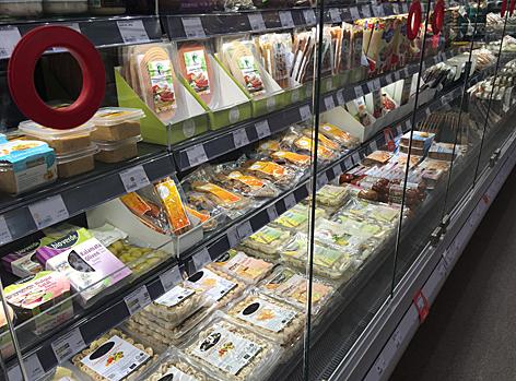 Kühlregal mit Fleischersatzprodukten