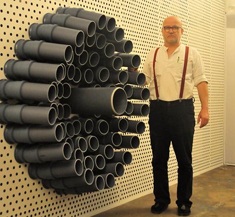 Künstler Wolfgang Georgsdorf vor seiner Geruchsorgel