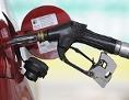 Zapfhahn für Super 95-Treibstoff in der Tanköffnung eines Pkw