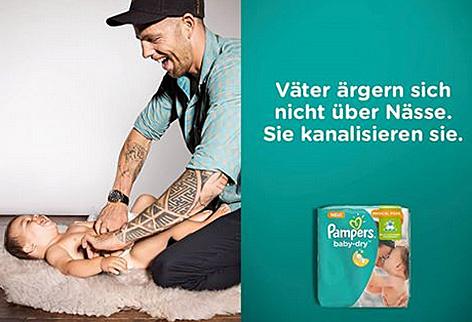 Werbung für die verbesserten Pampers Baby Dry Windeln zeigte einen Vater, der sein Baby kitzelt